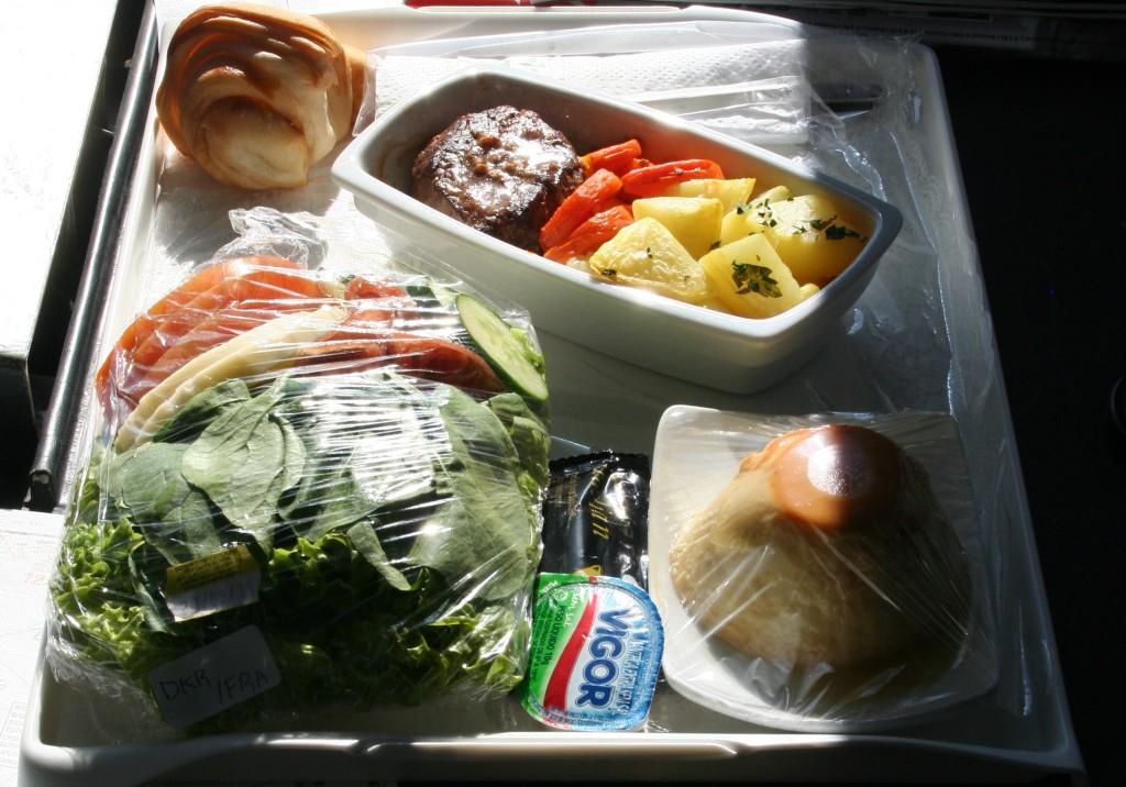 Mahlzeiten im Flugzeug müssen versteuert werden. Foto: Dieter Schütz / Pixelio